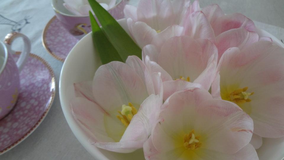 Alten Blumenstrauß zur Seerosen-Deko aufwerten